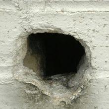 Чем и как заделать дыру или щель в стене из бетона?