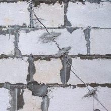 Что делать с трещинами в пенобетонной стене? Как правильно заделать щель