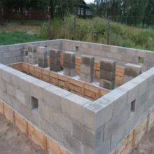 Бетонный блок для фундамента рахмером 200х200х400мм