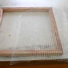 Как просеять песок при помощи металлической сетки?